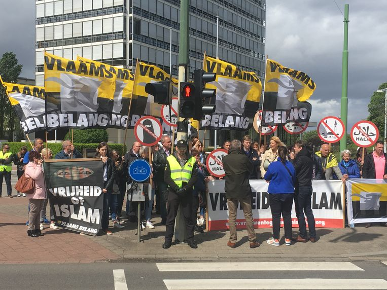 Een vijftigtal militanten van Vlaams Belang heeft vandaag actie gevoerd tegen de islambeurs die jaarlijks in Antwerp Expo plaatsvindt.