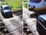 Trein mist auto op haar na bij spoorwegovergang