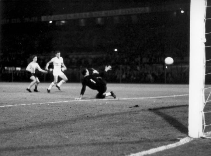 De eerste interlandgoal van Johan Cruijff, in 1966 tegen Hongarije.