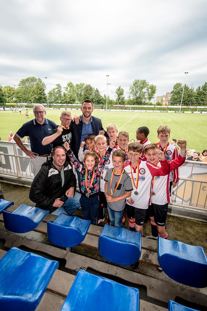 Team Future Talent was zaterdag de winnaar van het toernooi vernoemd naar Stefan de Vrij. Samen met Pim Blokland (l) van de stichting Rotterdamse Sporticonen hing hij de medailles om.