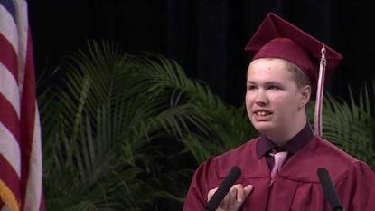 Staande ovatie voor student met autisme na krachtige speech op diplomafeest
