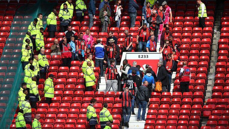 Fans worden van de tribunes geëvacueerd.