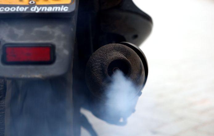 De uitstoot van oudere brommers zorgt voor te veel vervuiling.