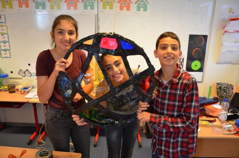 Zeynep, Rabia en Yassine maakten een dromenvanger geïnspireerd op het werk van Piet Mondriaan.
