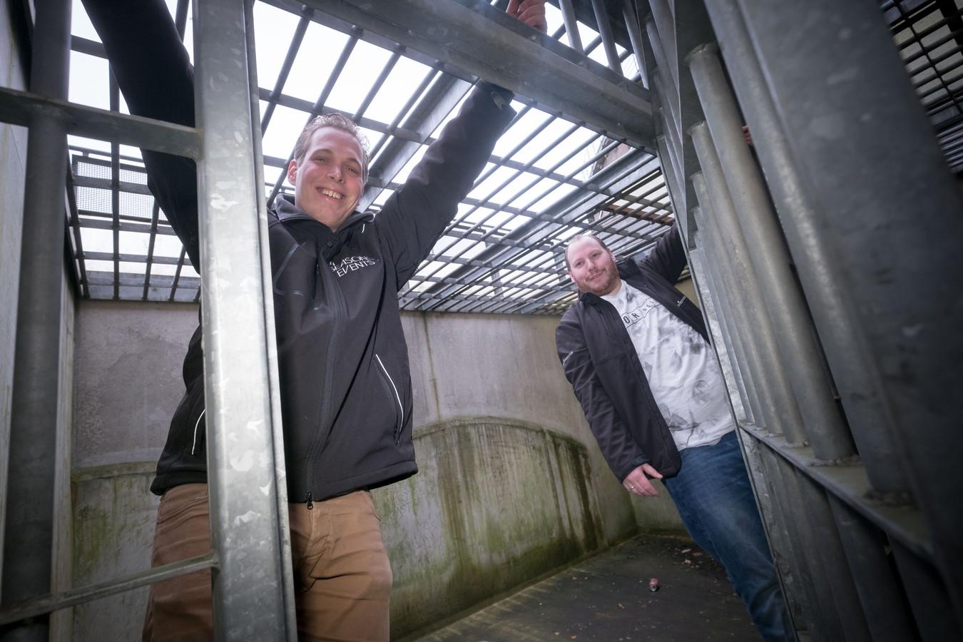 Bernard 't Jong (op de voorgond) en Ruben Jansen in de voormalige Koepelgevangenis in de Arnhemse wijk Lombok.