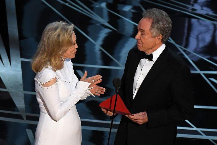 Acteurs Faye Dunaway (L) en Warren Beatty maakten de winnaar van de Oscar voor de beste film bekend. Beeld null