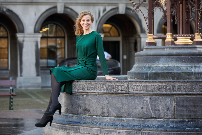 Christine Teunissen (hier op de fontein van het Binnenhof) van de Partij voor de dieren zit 4 maanden in de tweede kamer.