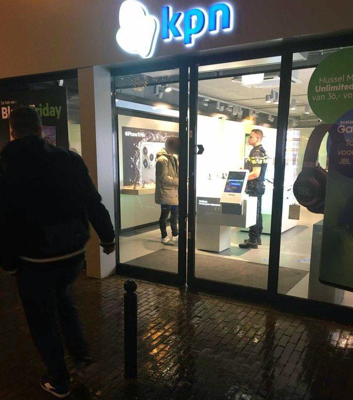 De politie was aanwezig in de KPN winkel aan de Gasthuisstraat in Gorinchem om te horen wat er is gebeurd.