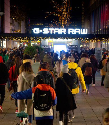 Burgemeester Aboutaleb sluit alle winkels in het centrum van Rotterdam wegens extreme drukte