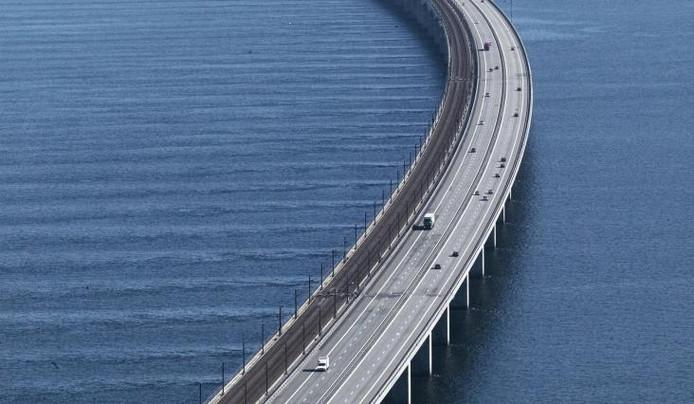 Een luchtfoto van de brug.