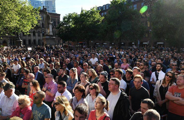 Duizenden mensen rouwen in Manchester. Beeld anp