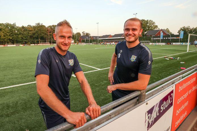 Mike (l) en Lex van Dijk bij het hoofdveld van SV Valkenswaard.