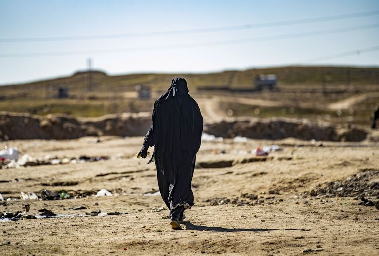 Een Franse vrouw, de 30-jarige Um Muhammad, in kamp al-Hol in Syrië, waar ook buitenlandse Syriëgangers verblijven. Beeld Hollandse Hoogte / AFP