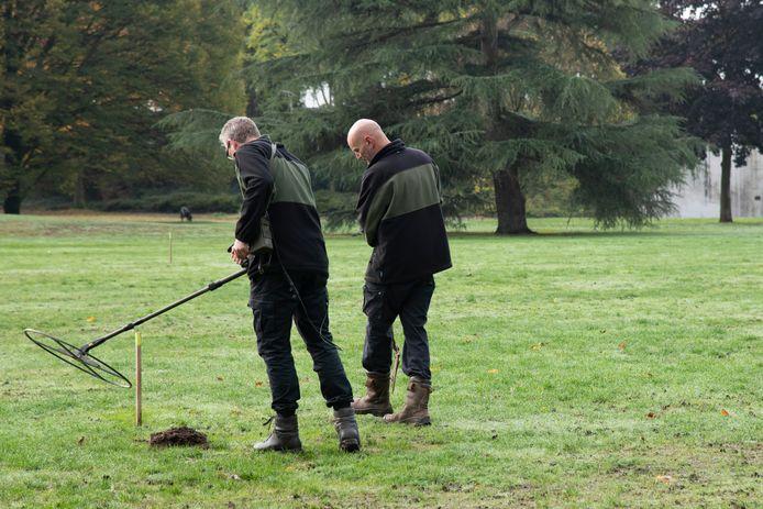 Onderzoekers van Leemans Speciaalwerken, gespecialiseerd in het opsporen en verwijderen van explosieven, deden in 2019 in opdracht van de gemeente Nijmegen al vooronderzoek met een metaaldetector naar de aanwezigheid van granaten in het Goffertpark.