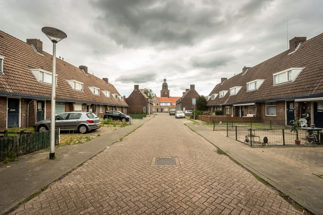 De huizen aan de De Ruiterstraat met daarachter de in 2015 opgeknapte woningen in de Jan Stevensstraat en de toren van de voormalige Leonarduskerk.