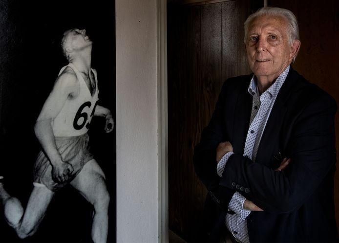 Teun Aret bij een foto in zijn hal van de race in 1953 in Londen waarin hij George Ellis klopte.