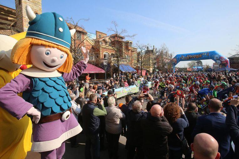 28 maart 2017: De Driedaagse-renners trekken zich op gang in Plopsaland. Het pretpark is dit jaar de start voor de eerste editie van de 'Plopsa Classic'.