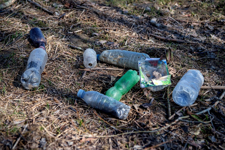 Plastic soep in de Leeuwense uiterwaarden. Het meeste plastic wat wordt waarschijnlijk gewoon gedumpt door de schippers.