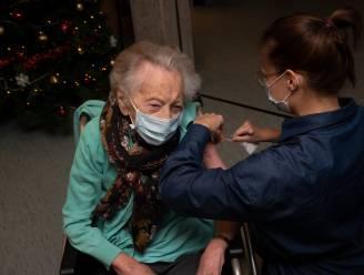 Nooit te oud voor een vaccin: 107-jarige Elza ontvangt prikje met de glimlach