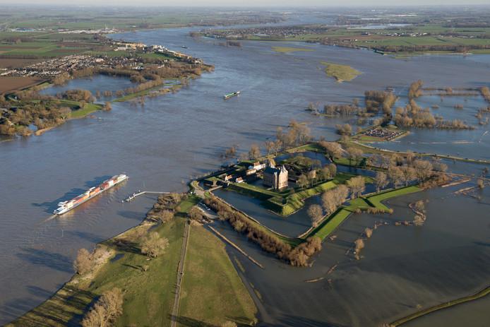 2018-01-07 15:41:52 POEDEROIJEN - Slot Loevestein ligt omgeven door het wassende water van Maas en Waal. ANP HOLLAND LUCHTFOTO BRAM VD BIEZEN