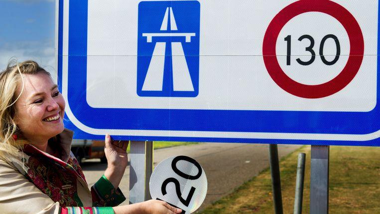 Minister van Verkeer Melanie Schultz van Haegen onthult het 130 kilometerbord bij de grensovergang Zandvliet aan de A4 Beeld anp