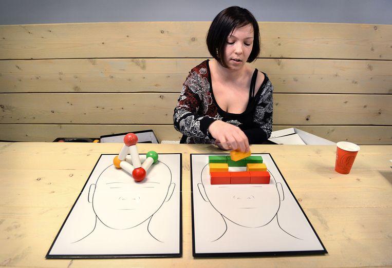 Sandy Deckers op een school waar zij docenten uitlegt wat autisme is Beeld Marcel van den Bergh