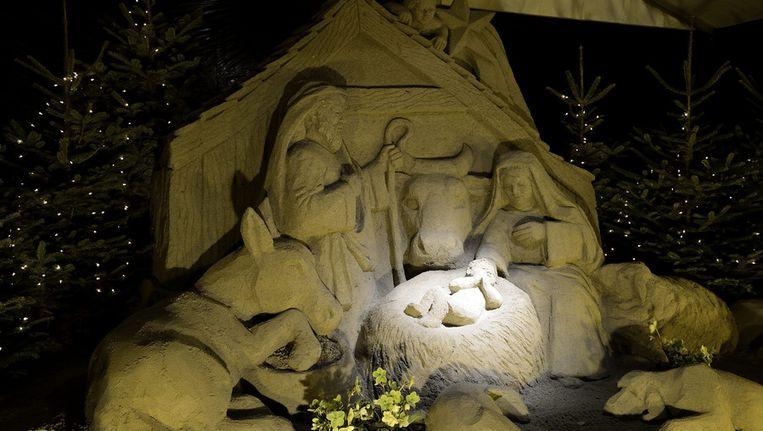 In december stond deze kerststal aan de Lange Voorhout in Den Haag, gemaakt van olivijnzand. Dit zand zou koolstofdioxide uit de lucht halen, waardoor de kerststal duurzaam is. Voor het kunstwerk werd circa 48.000 kilogram zand gebruikt. Beeld ANP