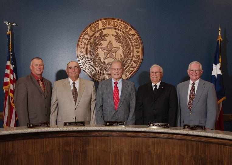 Het stadsbestuur van Nederland (Texas). De leden werken voor een salaris van 1 dollar per jaar, vandaar dat de meesten gepensioneerd zijn. Beeld RV