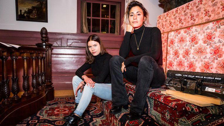 Annica Muller (linksachter) en Dilan Yurdakul spelen in hun voorstellingen met ideeën over seksualiteit. Beeld Tammy van Nerum
