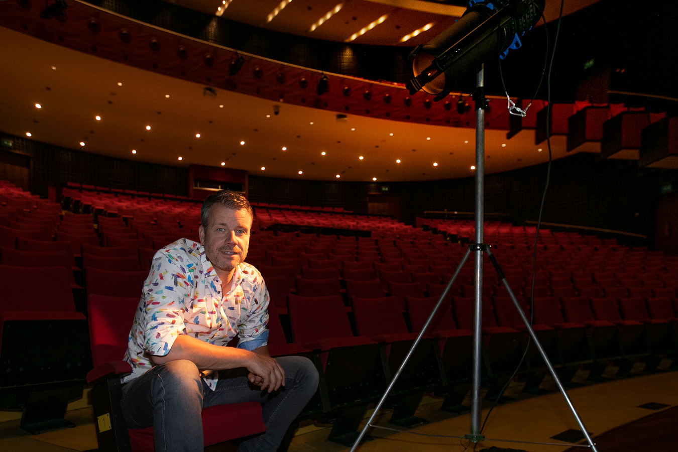 Rob Scheepers in de grote zaal van het Parktheater, waar hij vijf  voorstellingen geeft.