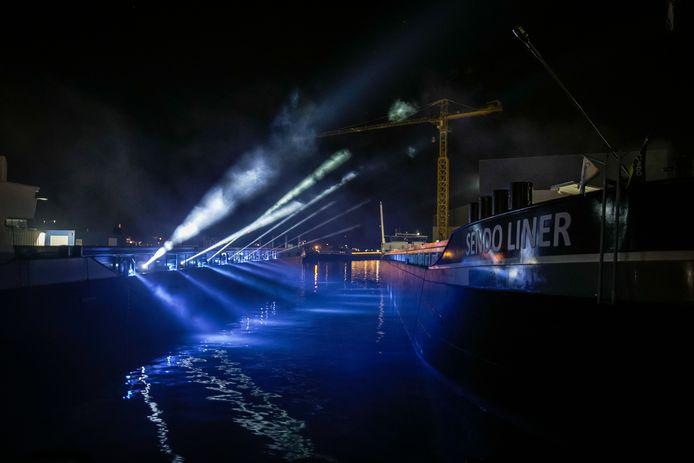 Het containerschip werd tijdens de doopceremonie in het licht gezet.