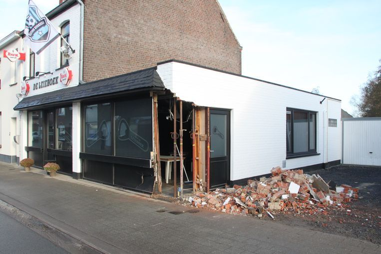 De gevel van café De Leiehoek werd door de brandweer gestut.