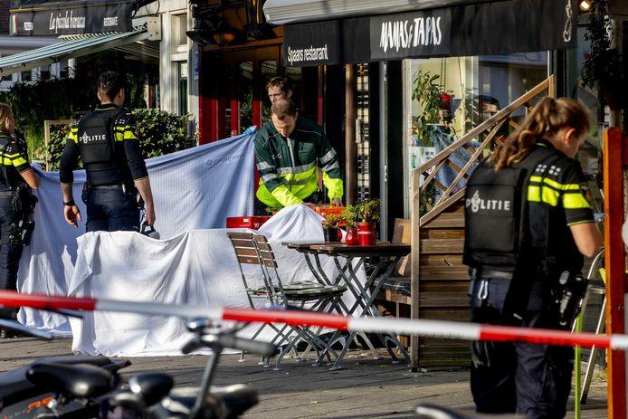 Hulpdiensten op het Hugo de Grootplein waar bij een schietpartij een gewonde en een dode zijn gevallen