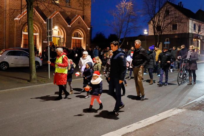 Lampionnenoptocht door de Pannenstraat in Groesbeek.