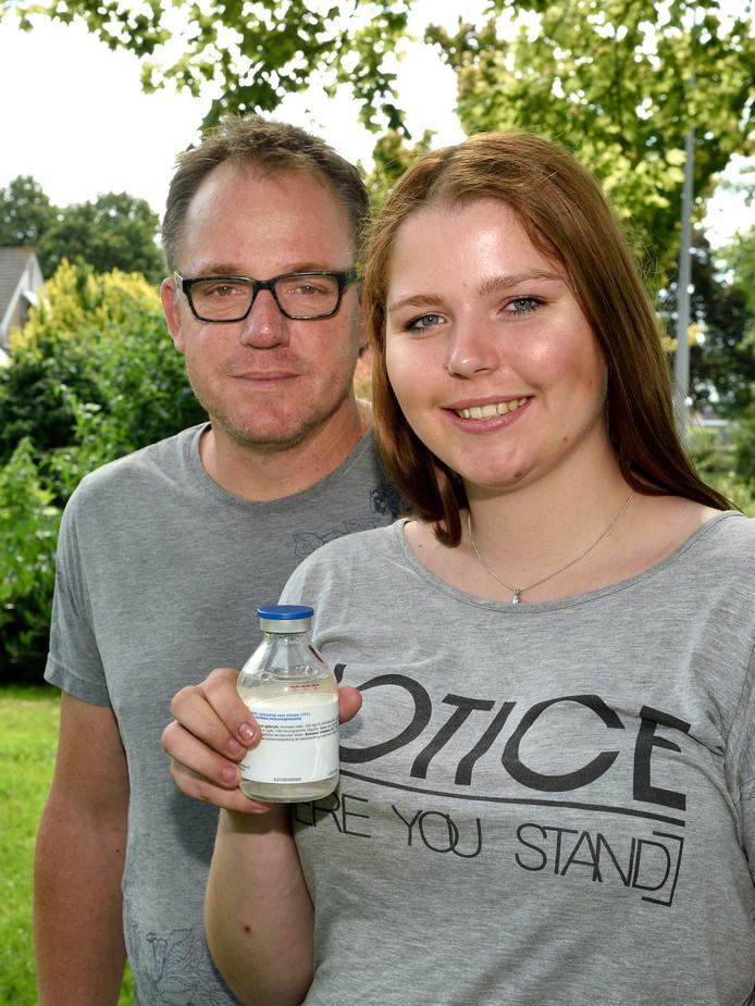 Lotte en haar vader Peter van Holstein. In haar handen houdt Lotte de voor haar noodzakelijke menselijke eiwitten die ze per infuus krijgt toegediend.
