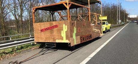 Rijkswaterstaat vindt feestkar op de snelweg
