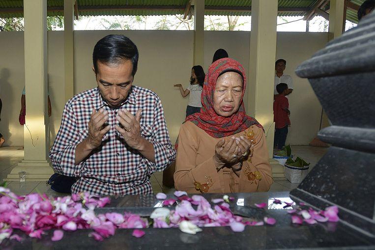 Widodo en zijn moeder in gebed. Beeld afp