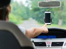 Smartphone bedienen in auto, óók in carkit, mag dus niet: 239 boete