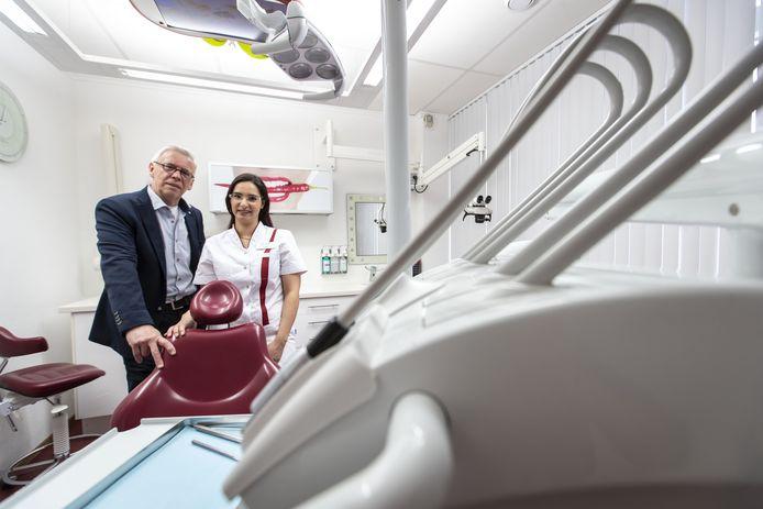Praktijkondersteuner Hans Mulder en tandarts Asil Alsalem helpen in de praktijk aan de Dennenbosweg mensen met acute klachten.