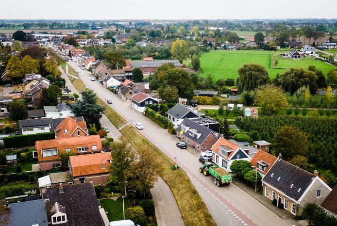 Momenteel sjezen er dagelijks nog duizenden auto's, bussen en vrachtwagens over de Molendijk, de Rijksstraatweg en de Oud-Cromstrijensedijk in Klaaswaal.