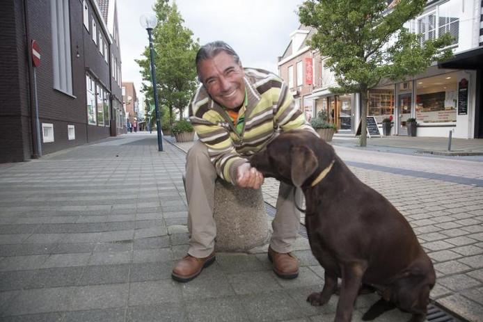 Dierenarts De Bruijckere maakt snel contact met de meeste dieren. Hier paait hij de bruine labrador Bruni met een snoepje.foto Mark Neelemans