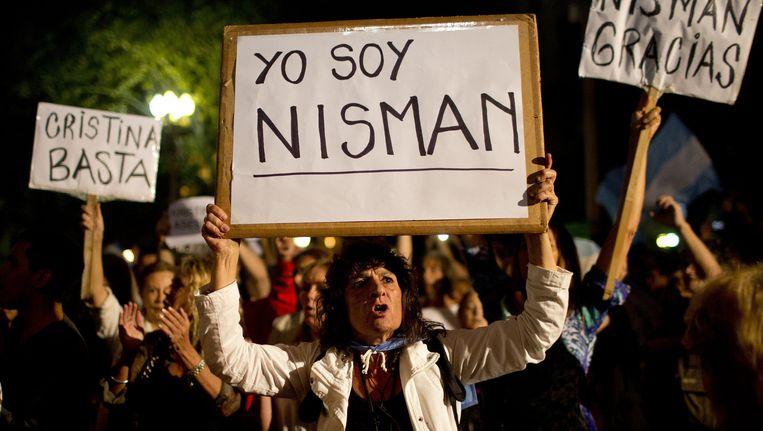 Een demonstrant met een bord 'yo soy Nisman', 'ik ben Nisman'. Beeld ap