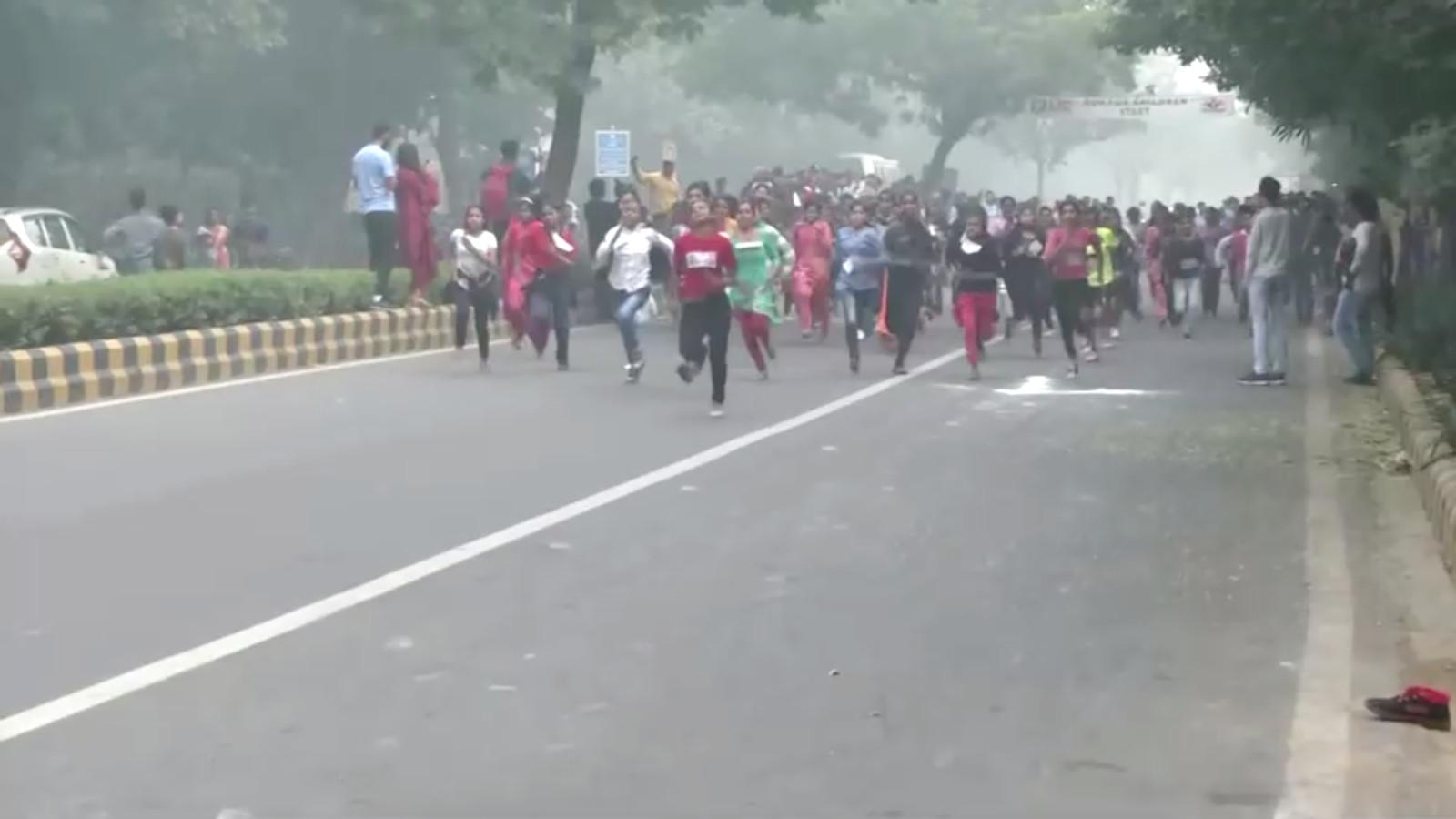 Malgré cette atmosphère empoisonnée, une ONG locale a organisé jeudi matin une course d'enfants dans la ville embrumée, suscitant la colère des réseaux sociaux.