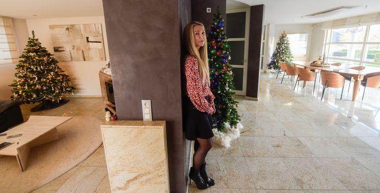 """Agnes De Keuster bij haar drie kerstbomen. """"Aan pakjes of stalletjes doen we dan weer niét."""""""