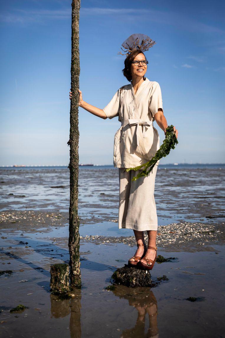 Kamerlid Carla Dik-Faber in het kimonopak van ontwerper Nienke Hoogvliet. Beeld Ruben Timman