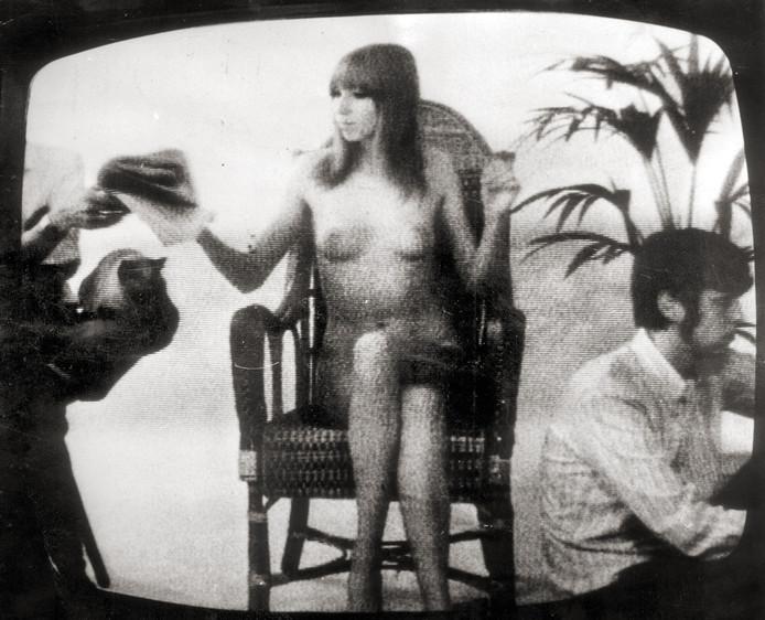 1973. Phil Bloom in haar blootje: de eerste blote vrouw op de Nederlandse televisie.