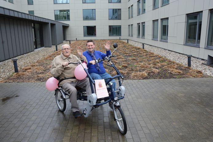 Vrijwilliger Patrick Van Hoyweghen op de nieuwe duofiets met één van de bewoners.