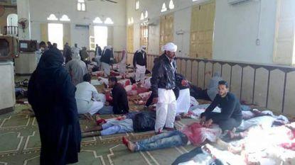 """235 doden bij bomaanslag Egyptische moskee: president belooft """"antwoord met brutaal geweld"""""""