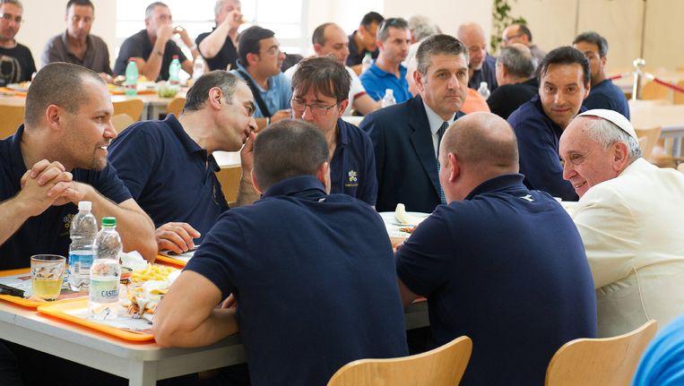 De Paus verrast arbeiders in het Vaticaan door met hen in de kantine onverwachts een maaltijd te delen.