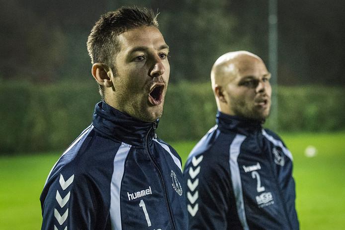 Right-Oh-trainer Paul van Dijk (links) en zijn assistent Luc Oudzegel, aanwijzingen gevend op de training. foto Ron Magielse/Pix4Profs